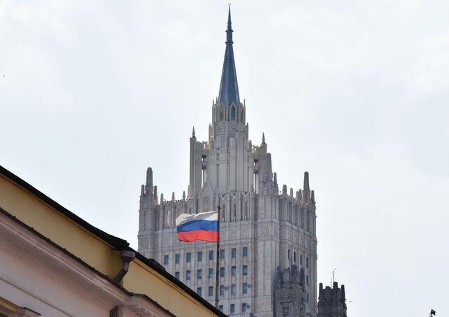 Em Moscou, bandeira da Rússia flamula com o edifício do Ministério das Relações Exteriores russo ao fundo (foto de arquivo)