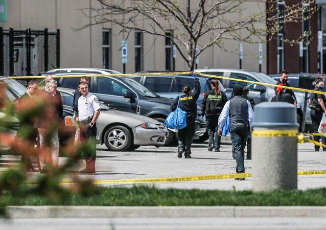 Investigadores no local após um tiroteio em massa em uma instalação da FedEx em Indianápolis, Indiana, EUA, 16 de abril de 2021