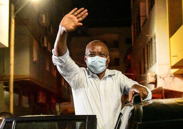O primeiro-ministro de Cabo Verde, Ulisses Correia e Silva, acena para seus apoiadores em comemoração à provável vitória de seu partido nas eleições legislativas