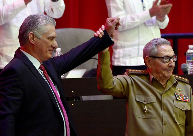 Raúl Castro, à direita, levanta a mão do presidente cubano Miguel Díaz-Canel após sua eleição como primeiro-secretário do Partido Comunista na sessão de encerramento do VIII Congresso do Partido Comunista Cubano (PCC) em Havana, em Cuba, no dia 19 de abril de 2021