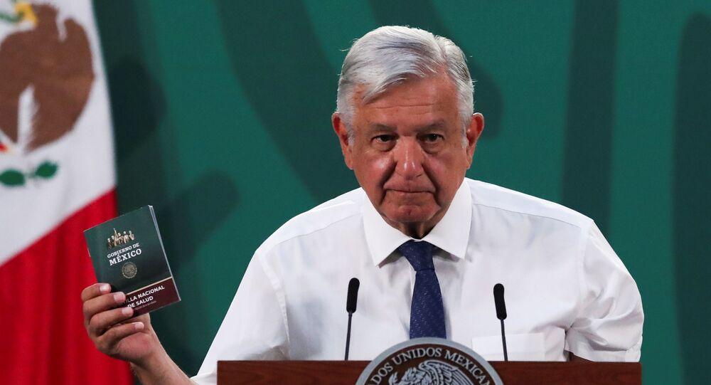 O presidente do México, Andres Manuel López Obrador, mostra sua carteira de vacinação após receber a primeira dose da vacina da AstraZeneca contra a COVID-19 no Palácio Nacional da Cidade do México, México, em 20 de abril de 2021.