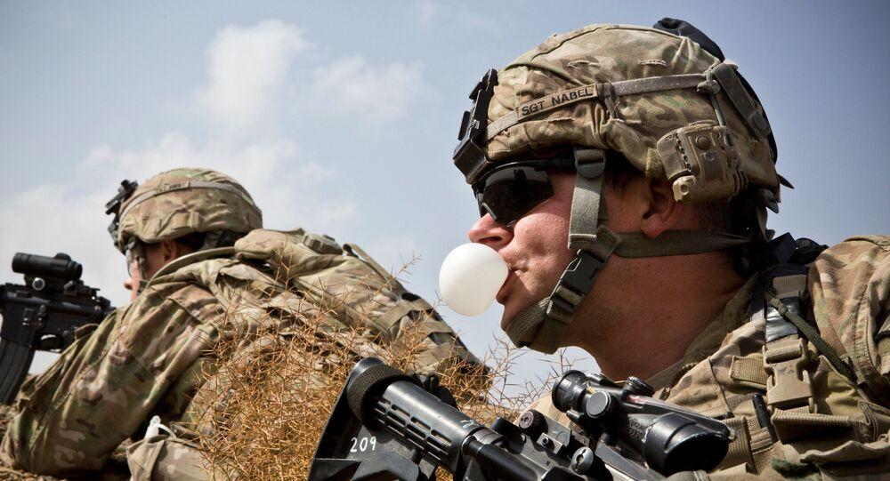 Um soldado do Exército dos EUA com a Charlie Company, 36º Regimento de Infantaria, 1ª Divisão Blindada no distrito de Maiwand, em serviço na província de Kandahar, no Afeganistão.