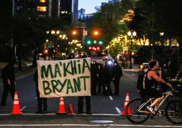 População protesta a morte de Ma'Khia Bryant, uma garota negra morta pela polícia de Columbus, Ohio, EUA