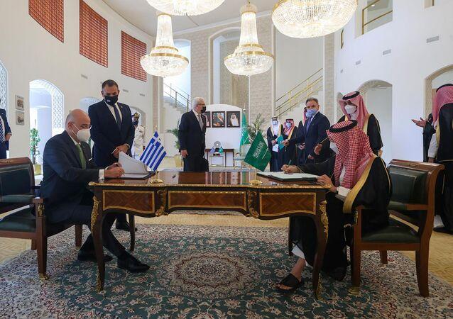 O ministro das Relações Exteriores da Arábia Saudita, príncipe Faisal bin Farhan Al Saud e o ministro das Relações Exteriores da Grécia Nikos Dendias, assinam documentos em Riad, Arábia Saudita em 20 de abril de 2021