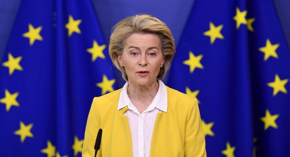 A presidente da Comissão Europeia, Ursula von der Leyen, faz uma declaração após uma reunião do colégio de comissários na sede da UE em Bruxelas, 14 de abril de 2021
