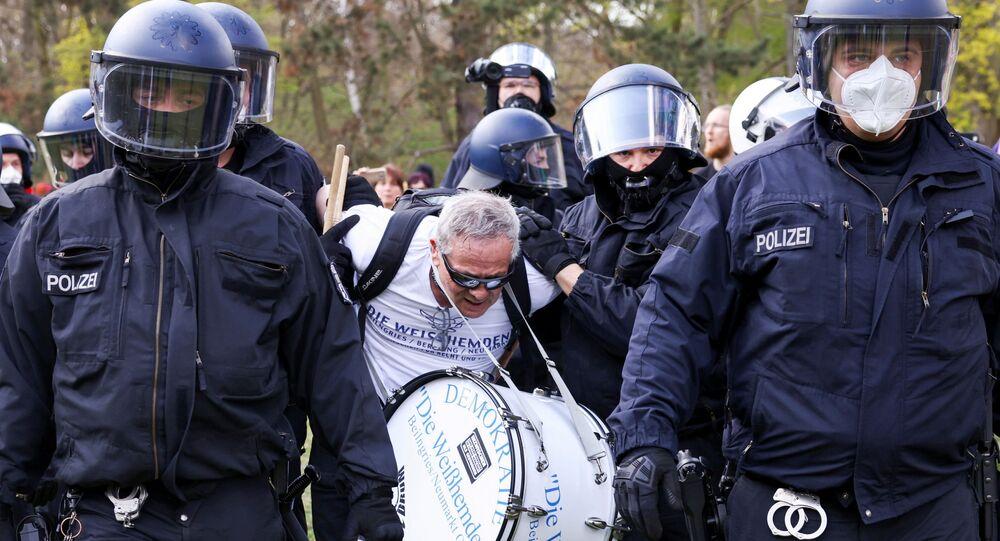 Manifestante é detido em Berlim durante protesto contra as medidas de isolamento adotadas pelo governo alemão para conter a disseminação do novo coronavírus