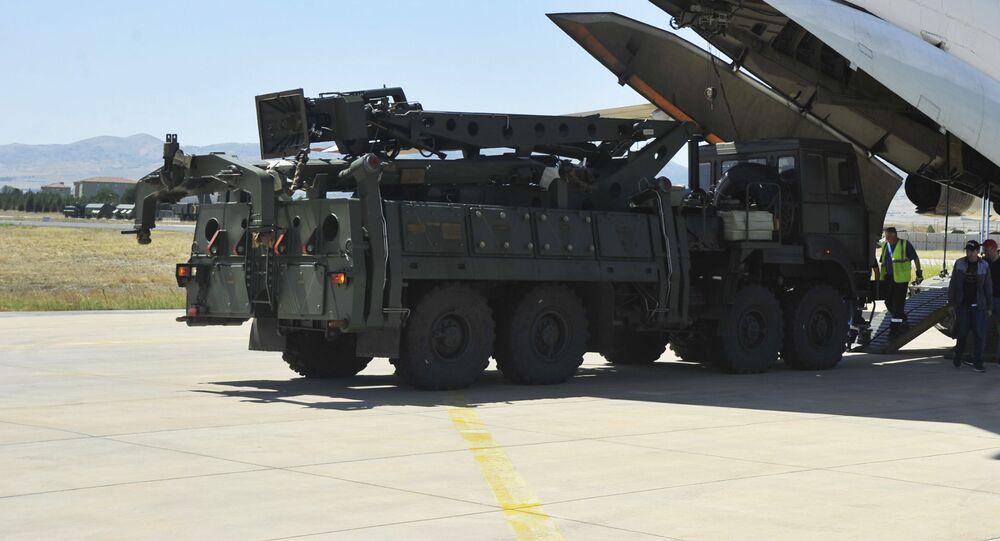 Aeronave de transporte da Rússia descarregando partes dos sistemas de defesa antiaérea S-400 no aeroporto militar Murted, nos arredores de Ancara, Turquia