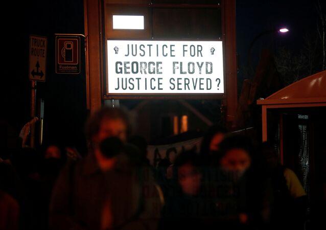 Manifestantes reagem ao veredito do ex-policial Derek Chauvin, considerado culpado pela morte de George Floyd, na Praça George Floyd em Minneapolis, Minnesota, EUA, em 20 de abril de 2021