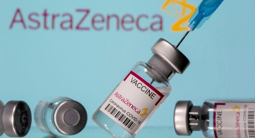 Vacina da AstraZeneca contra o SARS-CoV-2 e seringa na frente do logo da empresa, em 14 de março de 2021