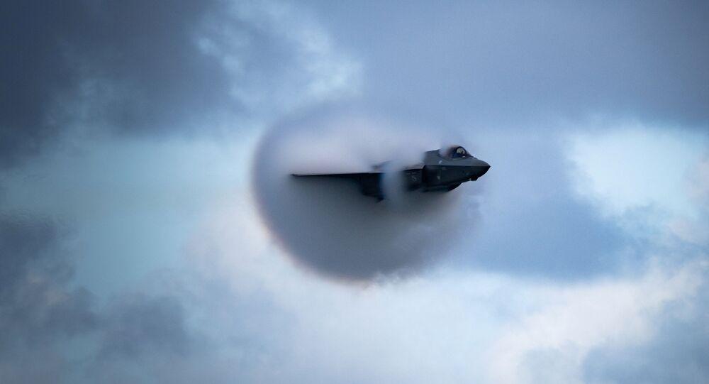 Pilota de F-35 Lightning II da Força Aérea dos EUA, executa manobra de passagem de alta velocidade no Show Aéreo de Fort Lauderdale de 2020, em Fort Lauderdale, Flórida, EUA, 22 de novembro de 2020