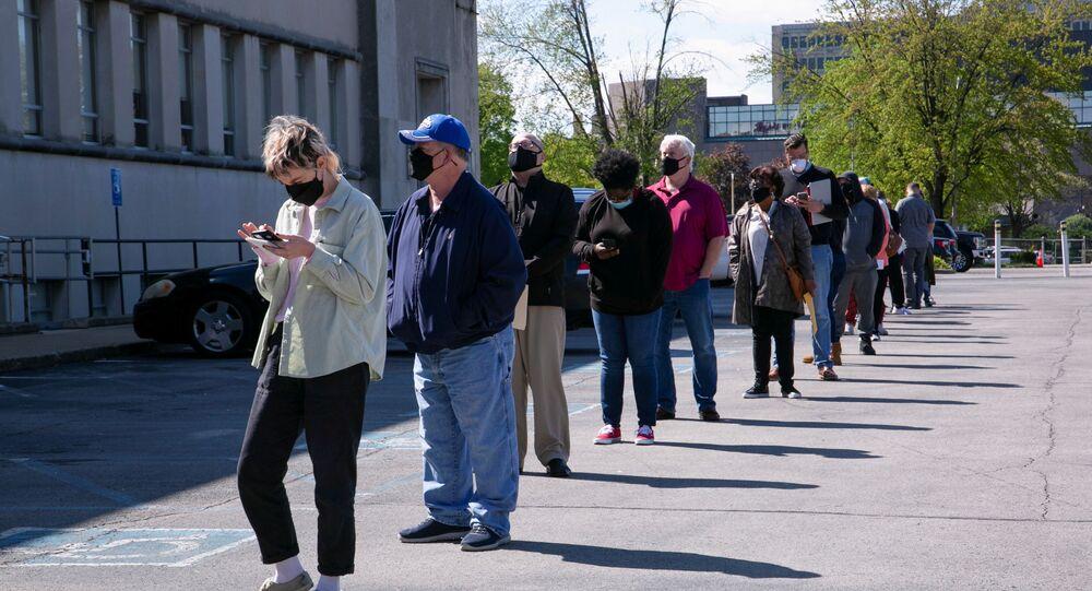 Pessoas fazem fila do lado de fora de uma central de vagas em Louisville, EUA, 15 de abril de 2021.