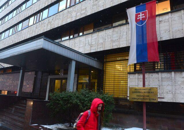 Mulher passa pelo prédio da Embaixada da República da Eslováquia em Moscou, Rússia