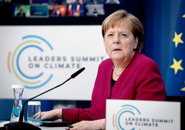 De Berlim, a chanceler alemã Angela Merkel participou da Cúpula do Clima no dia 22 de abril