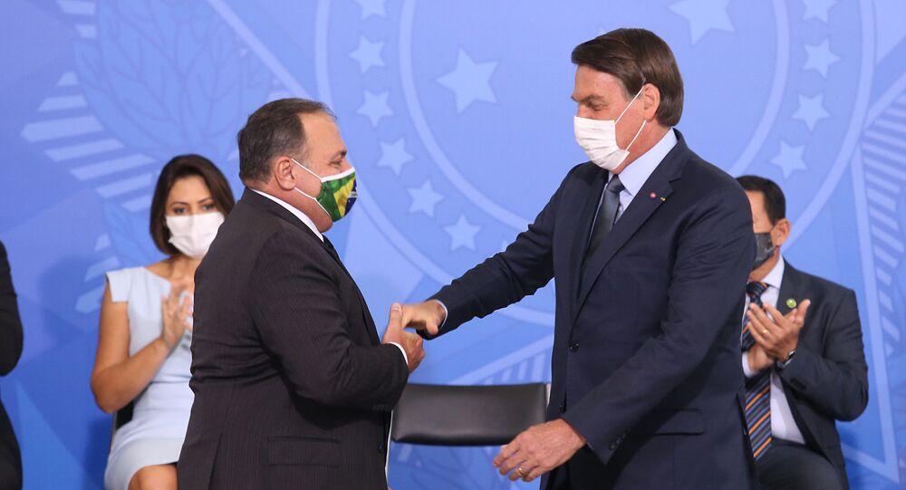 Ex-ministro da Saúde, Eduardo Pazuello, no dia da sua cerimônia de posse, com o presidente Jair Bolsonaro, no dia 16 de setembro de 2020