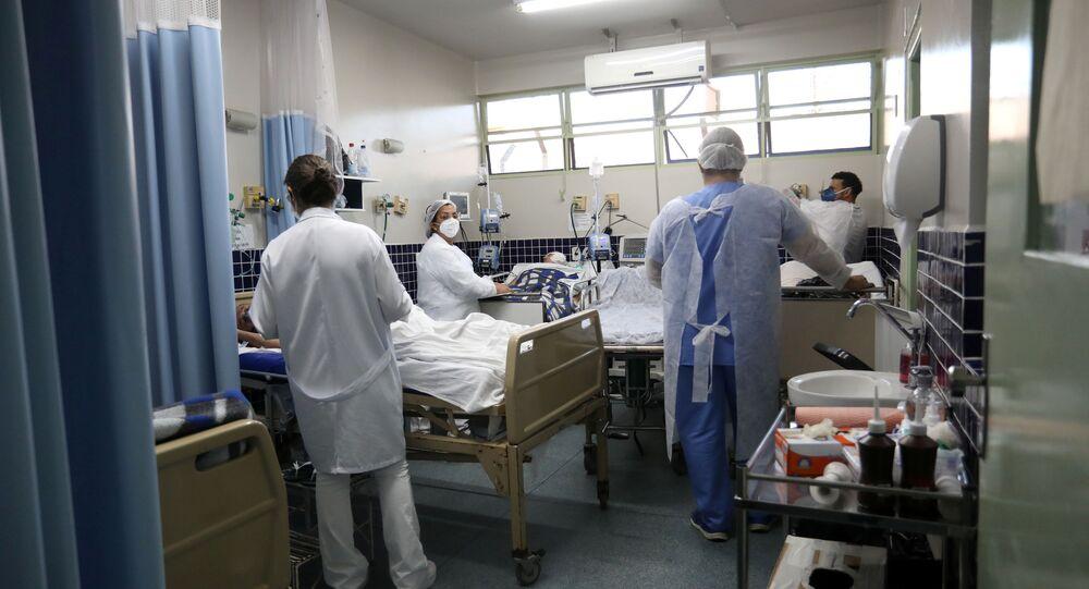 Profissionais de Saúde cuidam de pacientes com COVID-19 em Bauru, em São Paulo, no dia 23 de março de 2021
