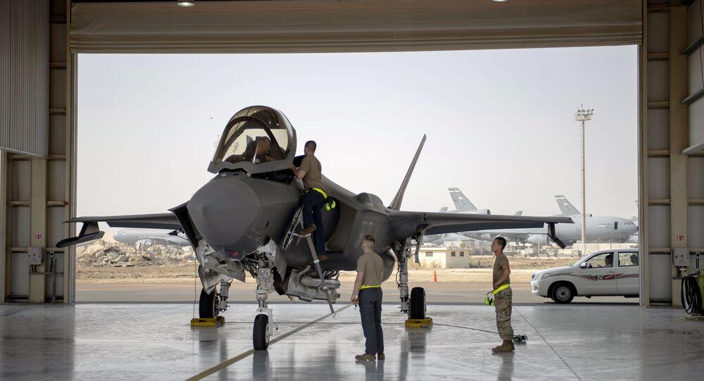 Tripulação de caça F-35 e tripulação se prepara para missão na Base Aérea de Al-Dhafra, nos Emirados Árabes Unidos, 5 de agosto de 2019
