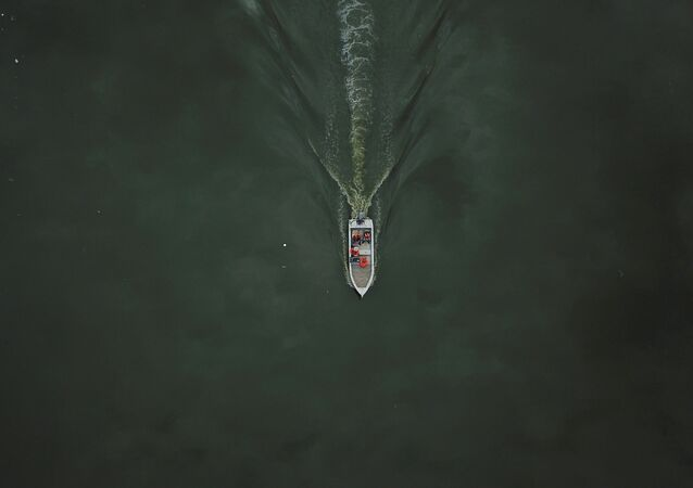 Barco em águas do rio Pinheiros em São Paulo após retirada de toneladas de lixo, 17 de abril de 2021