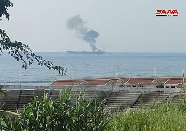 Fumaça sobe de um navio-tanque na cidade costeira de Baniyas, Síria