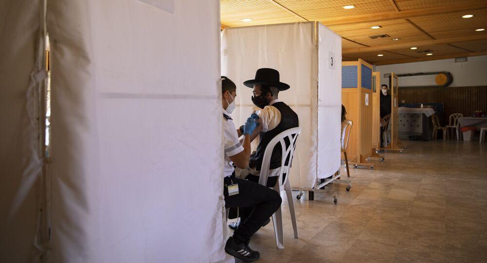 Judeu ultraortodoxo recebe vacina da Pfizer/BioNTech perto de Jerusalém, em Israel