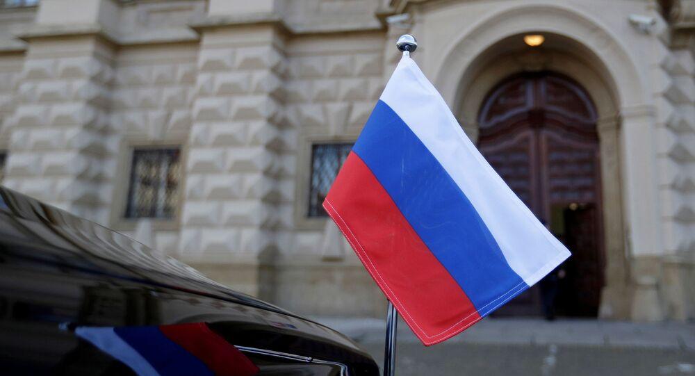 Em Praga, na República Tcheca, uma bandeira da Rússia é vista em um carro em frente ao Ministério das Relações Exteriores tcheco, em 21 de abril de 2021