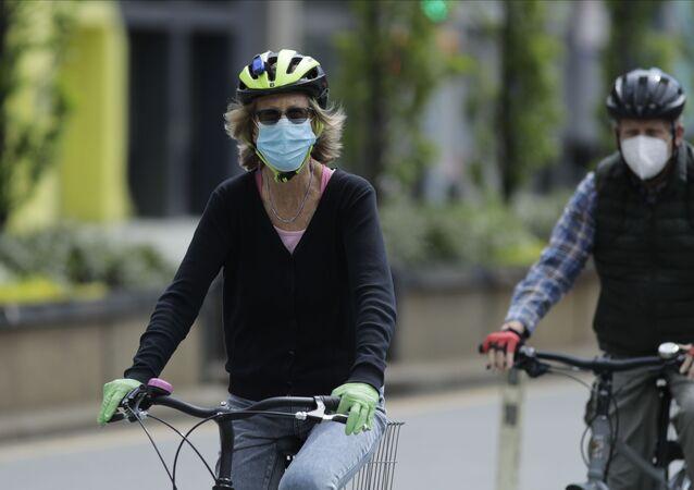 Ciclistas passeiam na Union Square, em Nova York, no dia 2 de maio de 2020