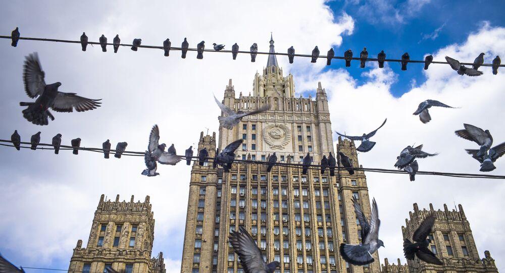 Pássaros rondam o Ministério das Relações Exteriores da Rússia, em Moscou