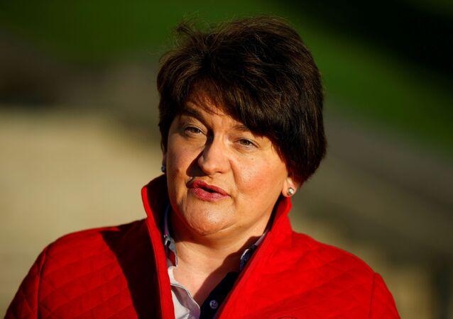 Primeira-ministra da Irlanda do Norte, Arlene Foster, fala durante entrevista para a televisão do lado de fora do prédio do Parlamento de Stormont, em Belfast, Irlanda do Norte, 30 de dezembro de 2020.