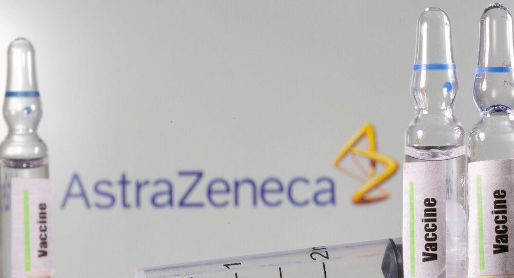 Um tubo de ensaio com o rótulo vacina na frente do logotipo da AstraZeneca.