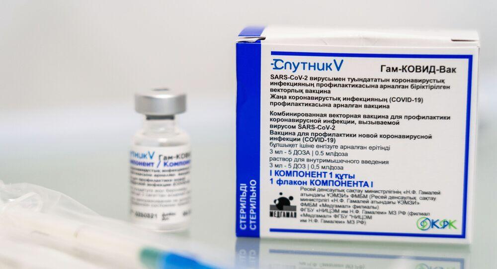Uma seringa ao lado de um frasco e uma embalagem da vacina russa Sputnik V contra a COVID-19, em 10 de abril de 2021