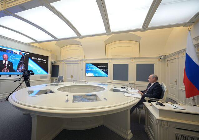 Presidente russo, Vladmir Putin, ouve discurso de seu homólogo norte-americano, Joe Biden, durante reunião virtual sobre mudanças climáticas, Moscou, Rússia, 22 de abril de 2021
