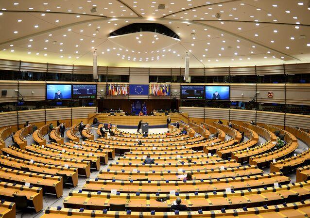 Charles Michel e Ursula von der Leyen, presidente do Conselho Europeu e presidente da Comissão Europeia, respectivamente, participam de sessão plenária do Parlamento Europeu em Bruxelas, Bélgica, 26 de abril de 2021