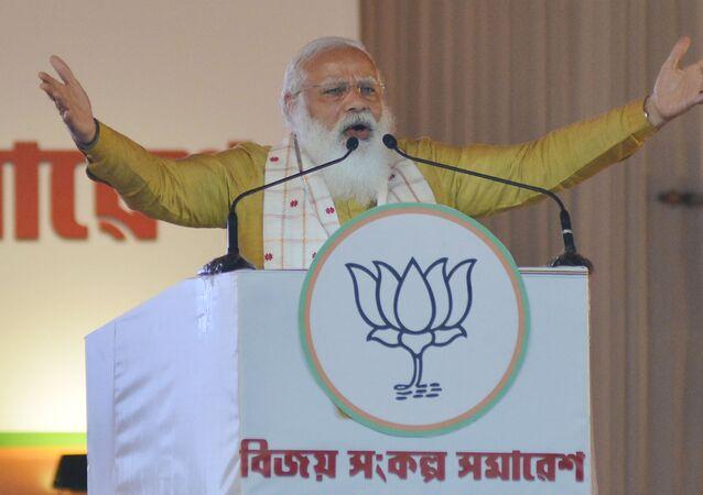 O primeiro-ministro da Índia, Narendra Modi, gesticula enquanto discursa, em Sipajhar, nos arredores de Guwahati, no dia 24 de março de 2021