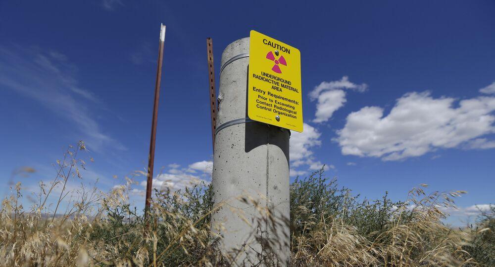 Placa com alerta de material radioativo armazenado no subsolo na Reserva Nucelar de Hanford, nos EUA