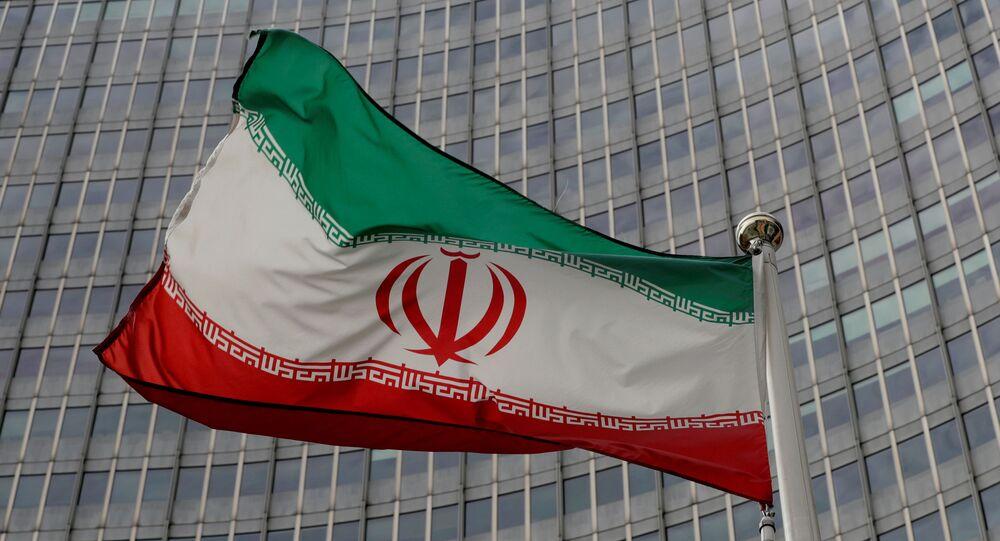 Bandeira iraniana tremula em frente à sede da Agência Internacional de Energia Atômica (AIEA) em Viena, Áustria (foto de arquivo)