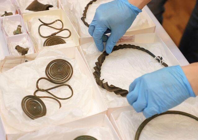 Alguns objetos da Idade do Bronze encontrados pelo cartógrafo Tomas Karlsson foram apresentados em 29 de abril de 2021 em Gotemburgo, na Suécia