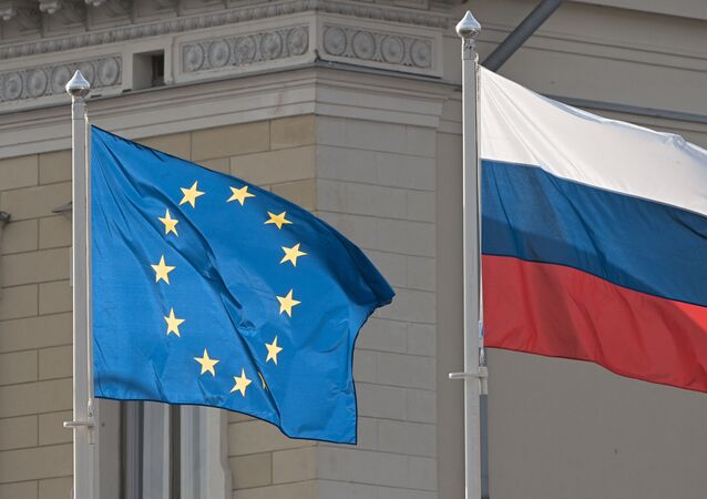 Bandeiras da União Europeia e da Rússia em frente ao palácio presidencial, em Helsinque, capital da Finlândia