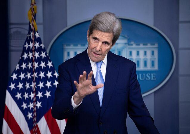 O enviado especial dosEstados Unidospara questões relacionadas ao clima,John Kerry, fala durante uma coletiva de imprensa na Casa Branca, em 22 de abril de 2021, em Washington