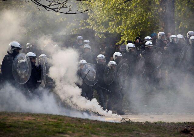 Policiais entram em confronto com participantes de festival não autorizado realizado neste sábado, 1º de maio de 2021, em Bruxelas