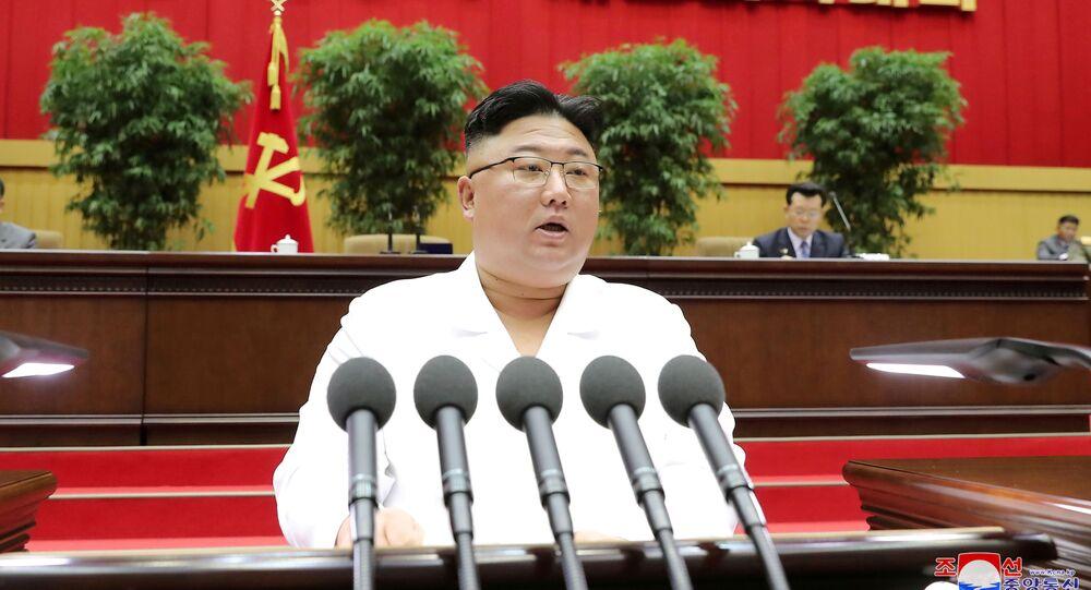 O líder norte-coreano Kim Jong-un discursa durante uma conferência de secretários do Partido dos Trabalhadores em Pyongyang, em divulgada em 7 de abril de 2021.