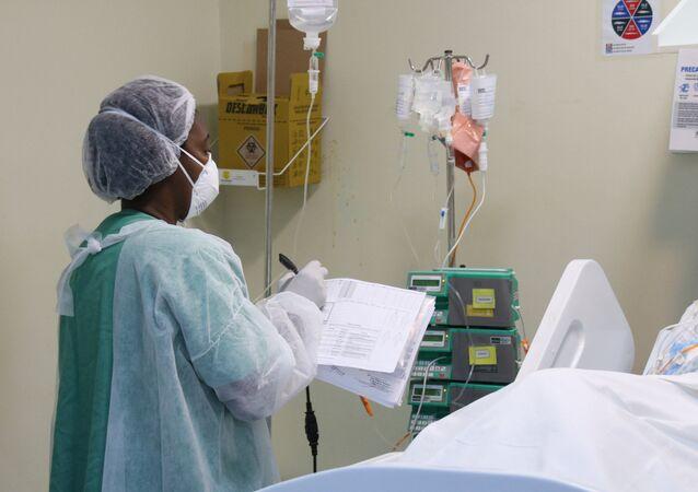 No Rio de Janeiro, uma profissional de saúde atende a pacientes no Hospital Ronaldo Gazolla, onde fica a maior UTI de atendimento à COVID-19 no Brasil, em 27 de abril de 2021
