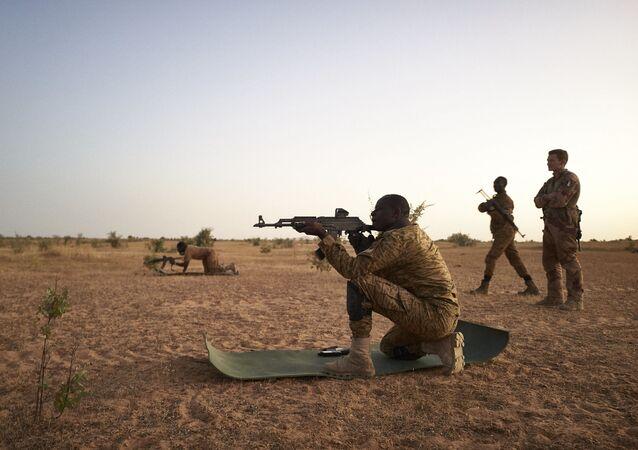 Na região de Soum, em Burkina Faso, soldados do Exército burkinês participam de exercícios de tiro durante operação ao lado de soldados da França, em 12 de novembro de 2019