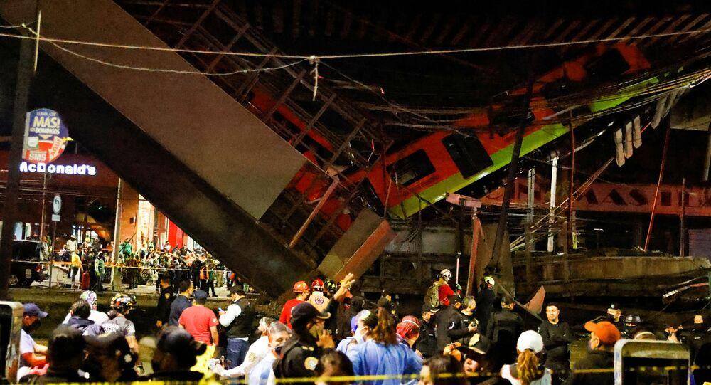 Equipes de resgate trabalham no local, onde o metrô desabou da ponte na Cidade do México