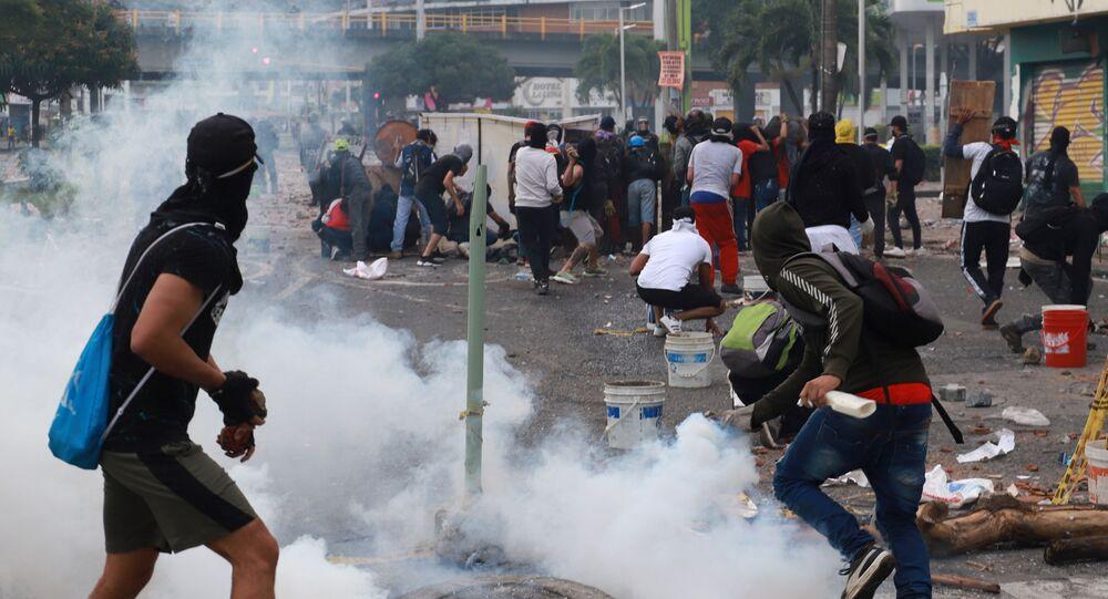 Manifestantes entram em confronto com membros das forças de segurança durante um protesto em Cali, na Colômbia, no dia 3 de maio de 2021