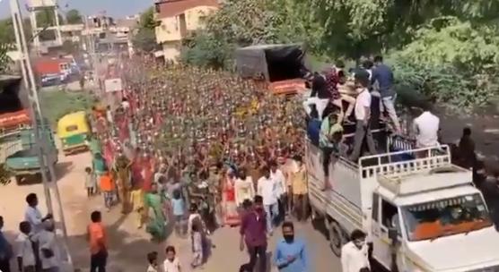 Cerimônia religiosa reúne centenas de mulheres em meio à pandemia de COVID-19 em Navapura, no estado de Gujarat, na Índia, no dia 4 de maio de 2021