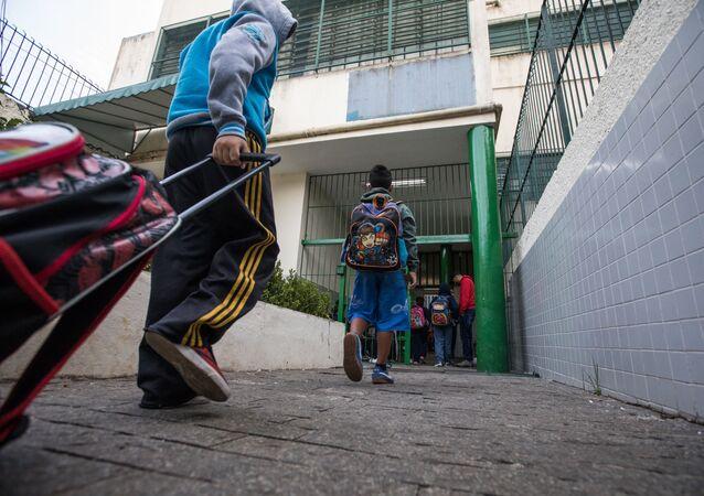 Alunos entrando em escola municipal na zona oeste de São Paulo, em 30 de novembro de 2017