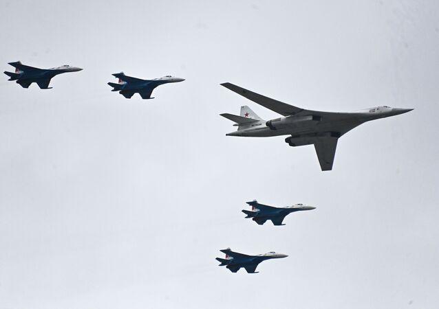 Bombardeiro estratégico Tu-160 acompanhado por quatro caças Su-35S durante o desfile aéreo no Dia da Vitória em Moscou, 9 de maio de 2021