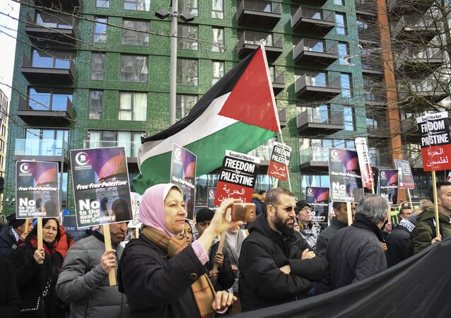 Apoiadores da Palestina se reúnem em frente à embaixada americana, enquanto um protesto é realizado contra o acordo de paz proposto pelo presidente Donald Trump para o Oriente Médio, em Londres, sábado, 1º de fevereiro de 2020