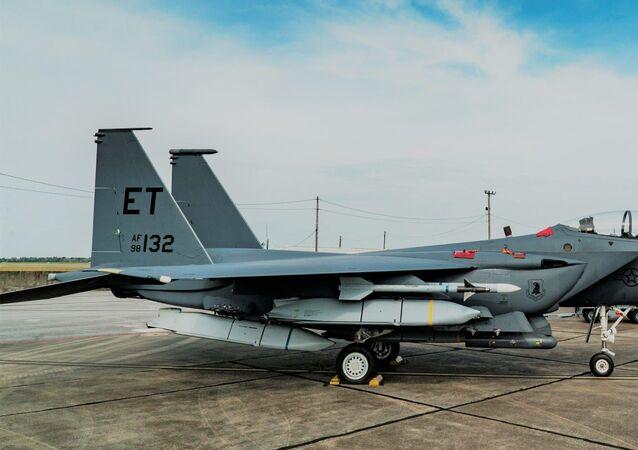 Caça F-15E da Força Aérea dos EUA, armado pela primeira vez com cinco mísseis de cruzeiro ar-terra AGM-158 JASSM, na base aérea de Eglin