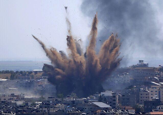 Israel bombardeia posição do Hamas na Faixa de Gaza em retaliação ao lançamento de mais de mil foguetes pelo grupo contra seu território