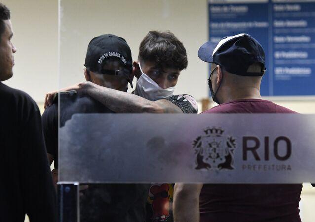 Kevin Nascimento Bueno, o MC Kevin,  morreu após cair de hotel na Barra da Tijuca, Zona Oeste do Rio de Janeiro.  Na imagem, amigos e familiares do funkeiro no hospital Miguel Couto